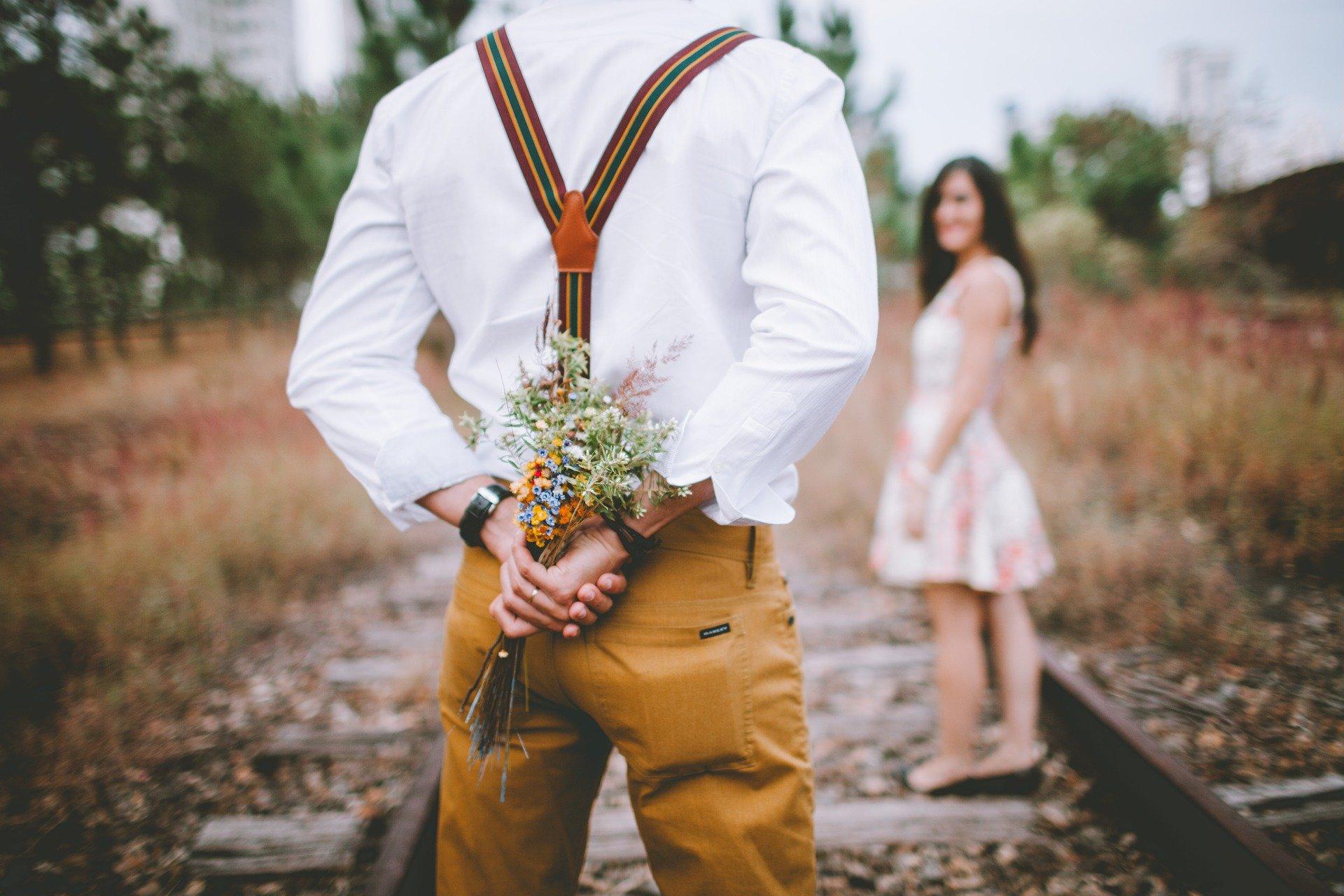 Mann Blumen Rücken für Frau